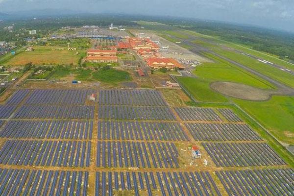 Le parc photovoltaïque de l'aéroport s'étend sur 18 hectares.
