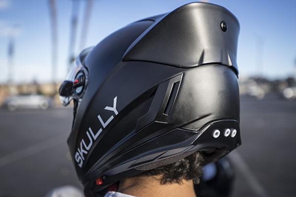 Cette caméra ultra grand-angle surveille les arrières des motards.