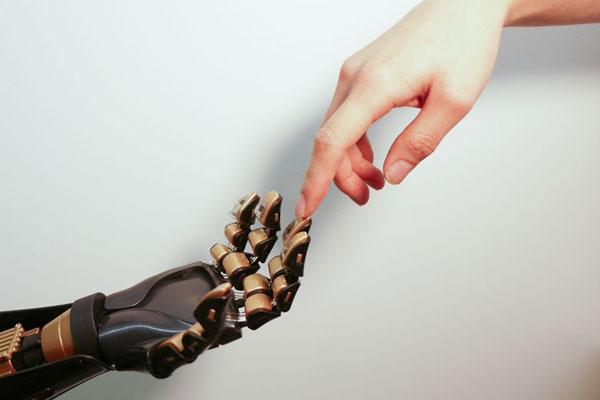 La peau artificielle différencie un doigt de la pointe d'un crayon.