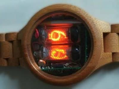 Horloge à tubes Nixie en bois