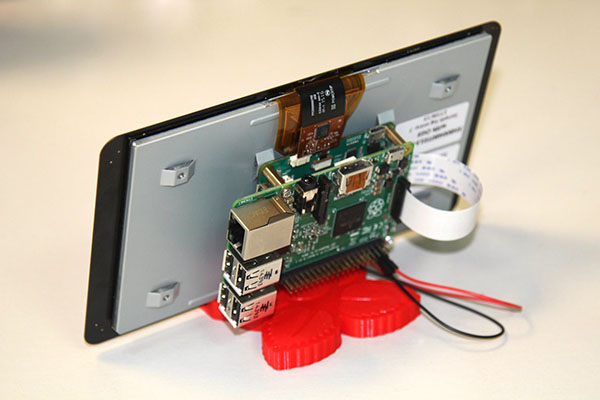Le Pi peut être monté à l'arrière de l'écran.
